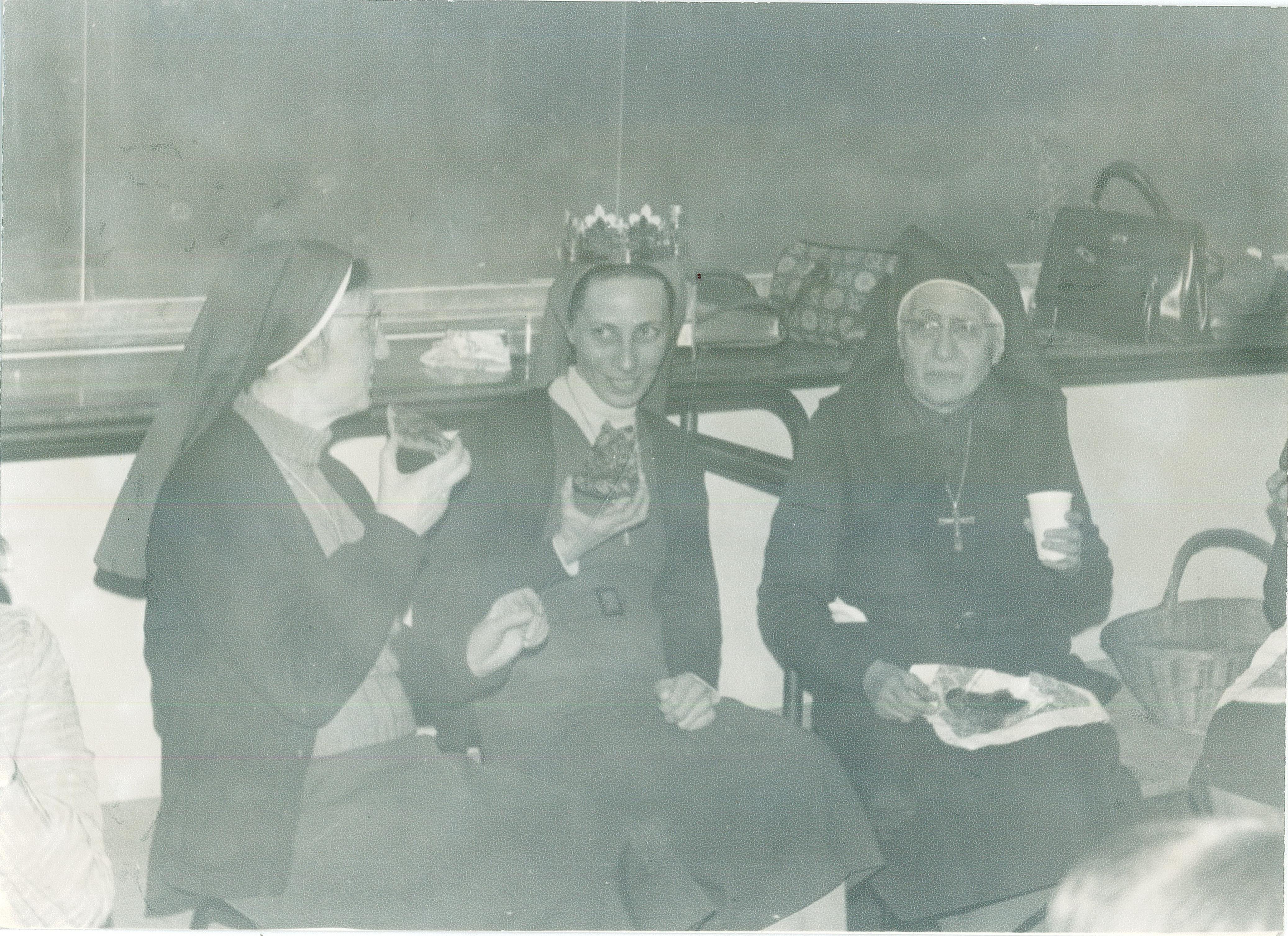 Galette de rois avec Soeur Marie Laure, Soeur Blandine et Soeur Marie du Saint Sacrement - 1970